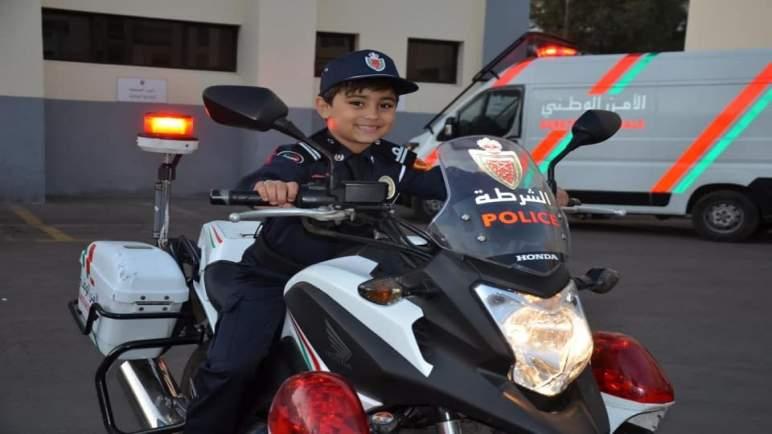 الأمن يحقق حلم الطفل ياسر (صور)